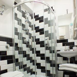 bagno rome central inn in vista la doccia
