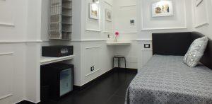 camera rome central inn presenti il minibar e la cassaforte oltre che al letto singolo